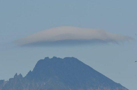 利尻山に傘雲